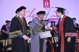 Tun Mahathir presenting the President_s Leadership Award to Ricardo Acosta Latapi (R). Looking on is ASB President and Dean Professor Charles Fine (L)-02